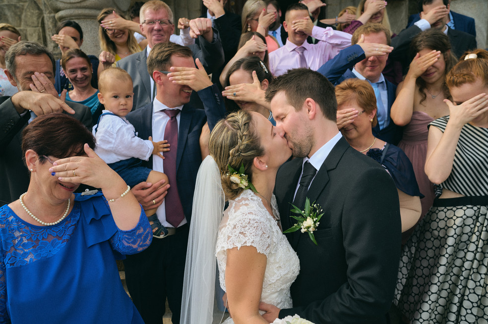 Karesz és Kriszti esküvői fotói, esküvőfotózás Dunakeszi Katolikus templom - csoportos fotózás