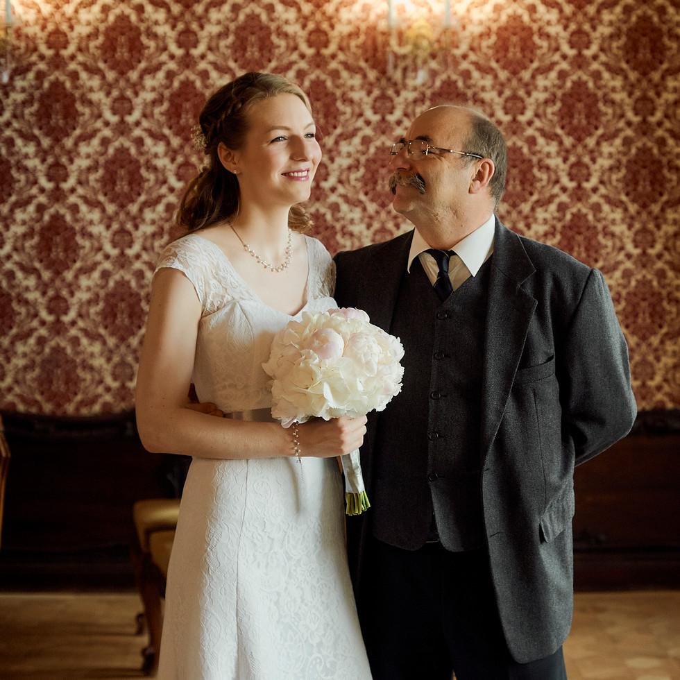Örömapa és a menyasszony várják, hogy elkezdődjön a ceremónia.