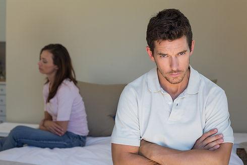 בעיה זוג יושב על המיטה בלי לדבר