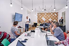 Civil Tech Hub tér emberekkel