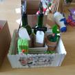 Botellas, plantas y cajas