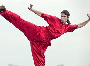 Hombre en rojo La práctica de Kung Fu