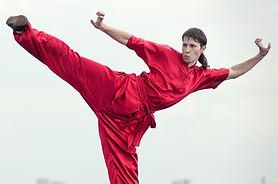 Mann im roten Üben Kung Fu