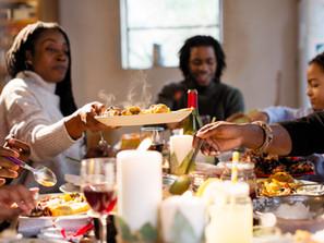 A simplicidade e a força de estar ao redor da mesa