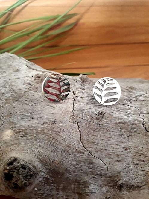 Boucles d'oreilles rondes de la marque Ikita avec motif feuille de palmier ajour