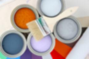 Schilder met kwasten aan het schilderen
