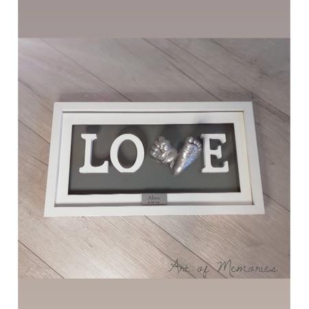 Love Abdruck mit weissem Bilderrahmen, weissen Buchstaben und silbernen Hand-und Fussabdruck des Babys mit Gravurschild