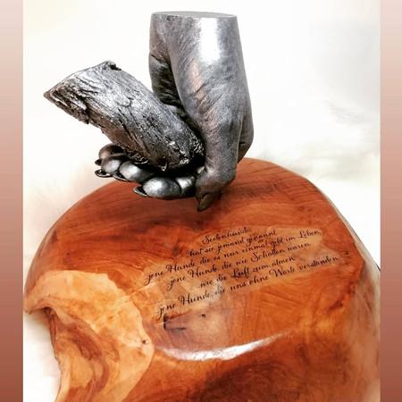 Schwebender Hundepfotenabdruck und Handabdruck in 3D, altsilber, Holzsockel mit Spruch