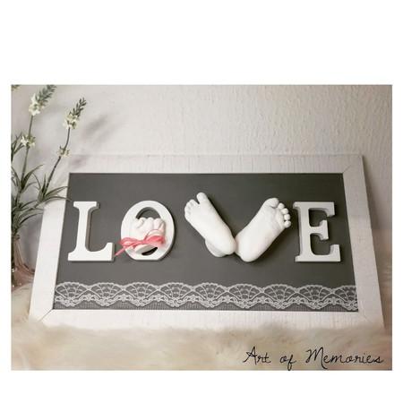 Love Abdruck, mit Händchen und Füsschen Adruck in 3D, grauer Hintergrund mit Spitzenapplikation