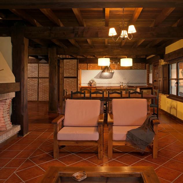 Casa-rural-Llanes-salon-chimenea-1.jpg