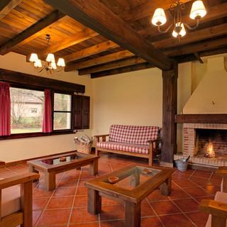 Casa-rural-Llanes-salon-chimenea-2-1.jpg