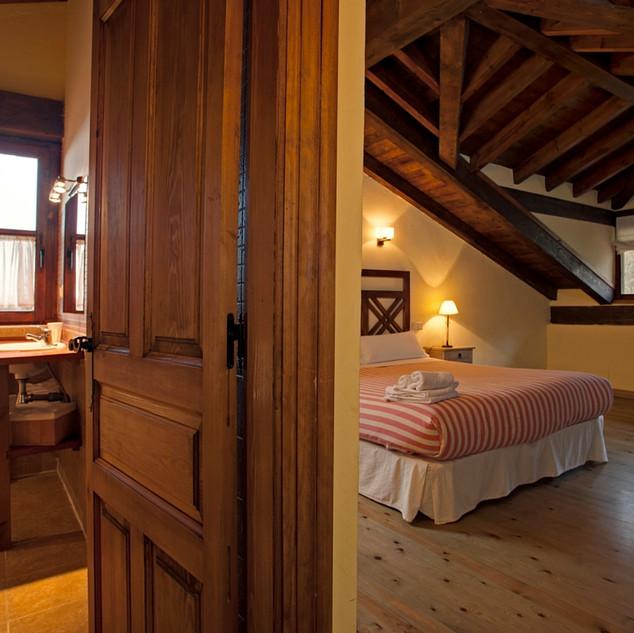 Casa-rural-Llanes-dormitorio-con-bano.jp