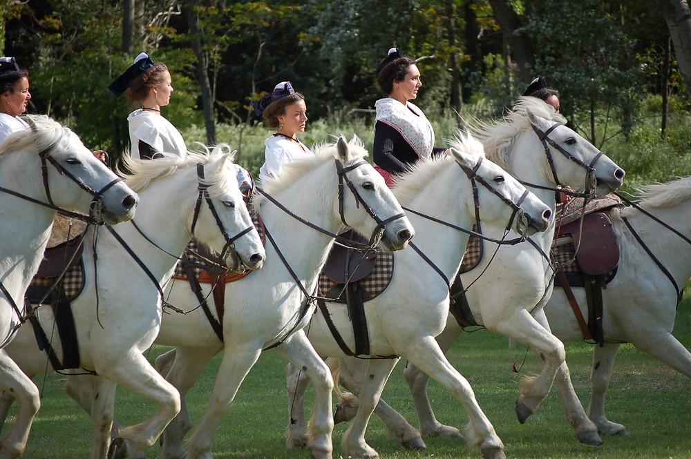 Arlésiennes à cheval en amazone