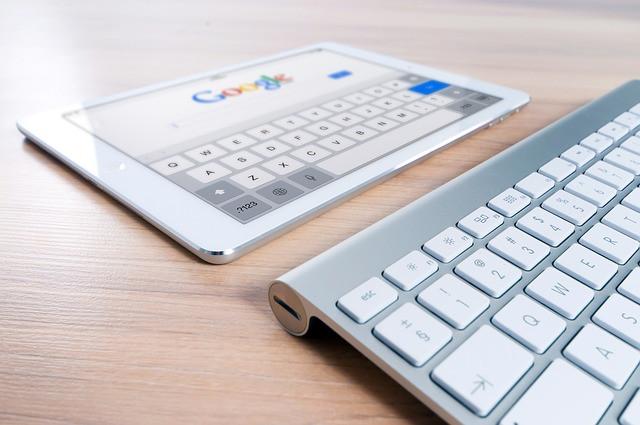 Tablet e teclado sobre a mesa