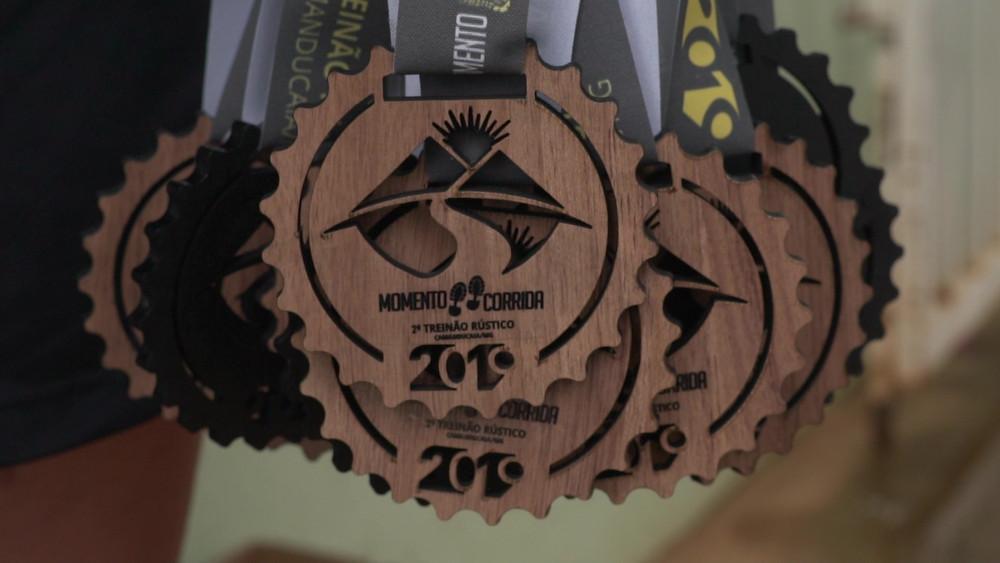 Várias medalhas de MDF encapado para corrida