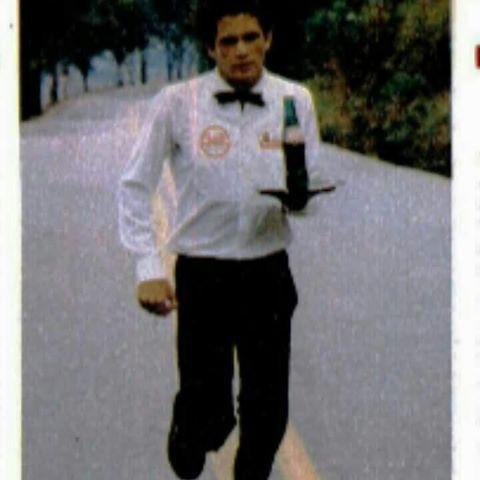 Raimundo correndo vestido de garçom