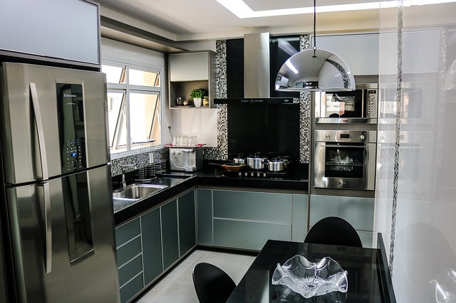 Cozinha com utensílios na cor inox e alguns fabricados em inox