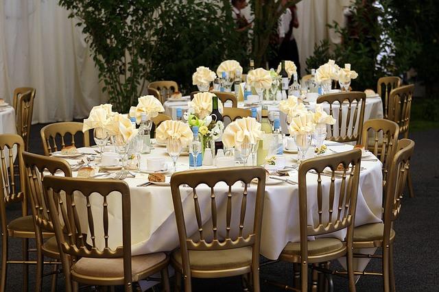 Mesa com decoração azul e amarelo claro para festa