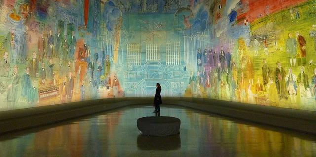 Pessoal observando obras de arte em salão grande