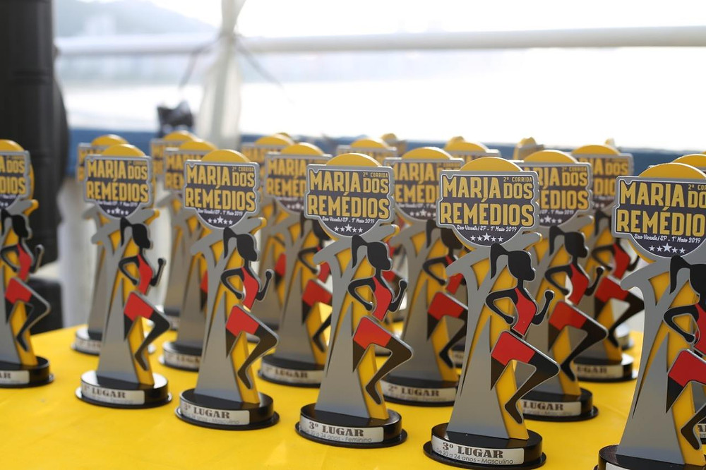 Vários troféus de corrida sobre a mesa