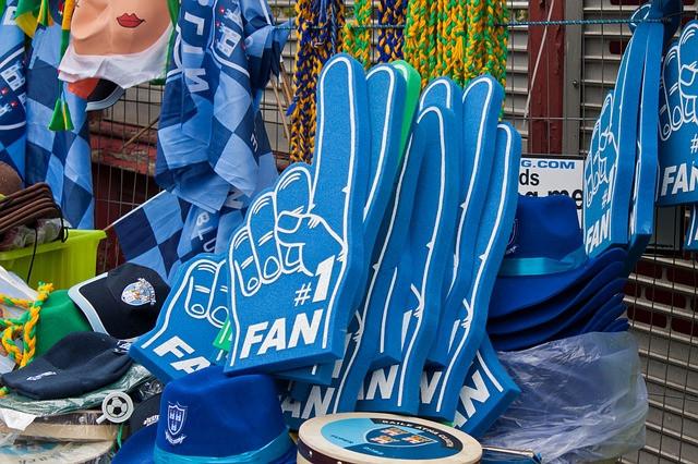 Vários itens para torcida na cor azul
