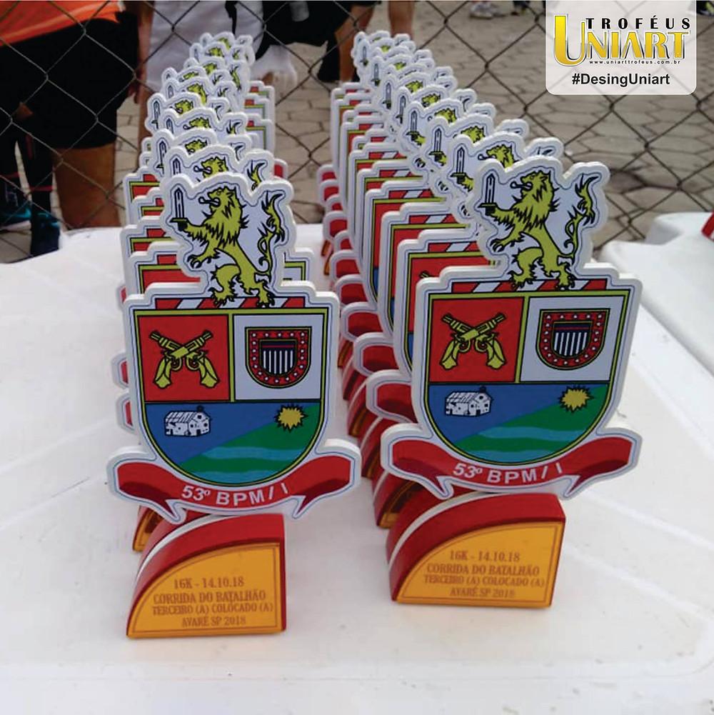 Vários troféus de MDF com aplicação de acrílico espelho bronze com gravação a laser