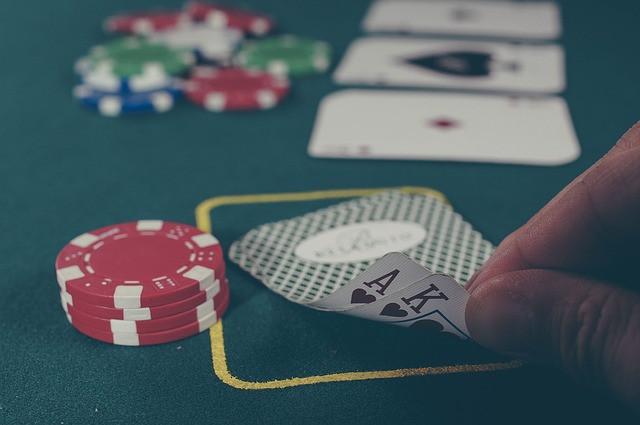 Mesa com cartas e fichas para jogo de poker