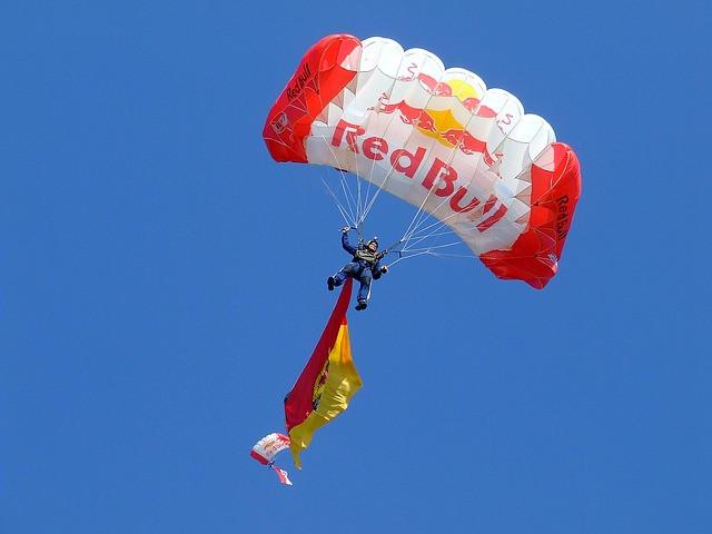 Atleta de paraquedismo em um equipamento da RedBull