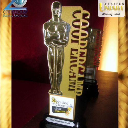 Troféu com haste em MDF e recorte similar ao Oscar em acrílico espelho