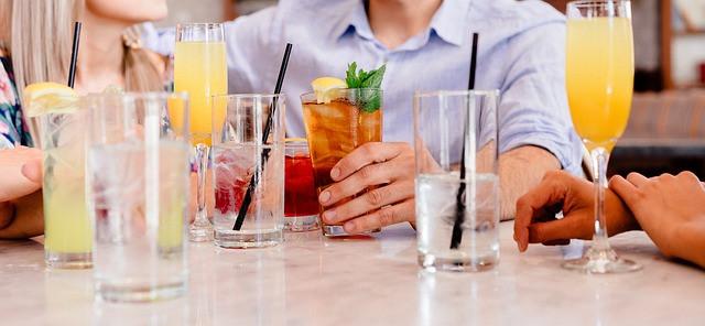 Várias pessoas em uma mesa tomando coqueteis