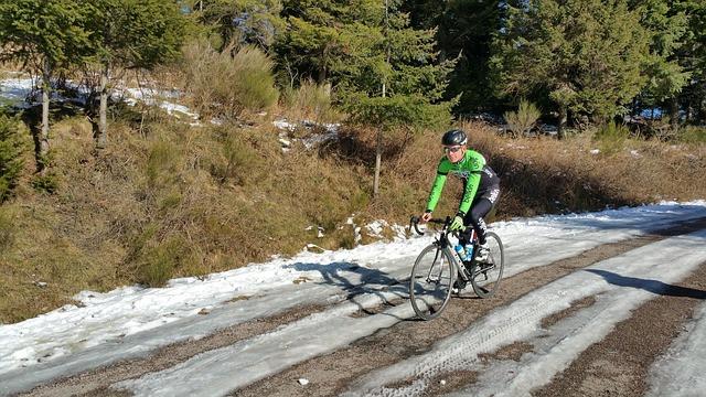 Ciclista em meio à paisagem de inverno, com neve