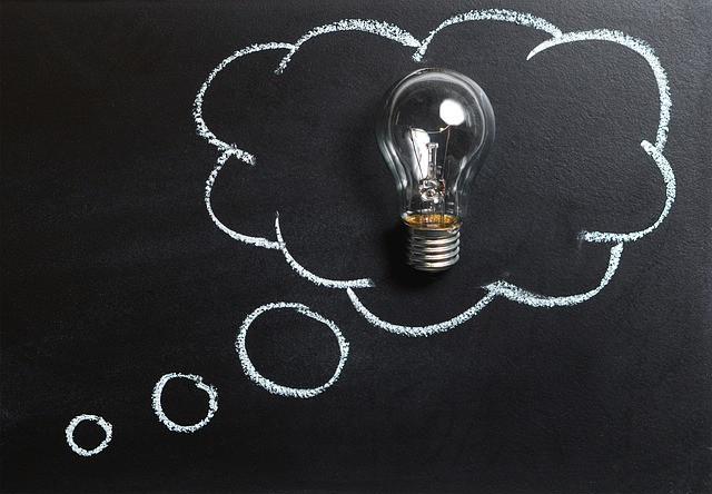 Balão de imaginação desenhado em um quadro com lâmpada ao centro