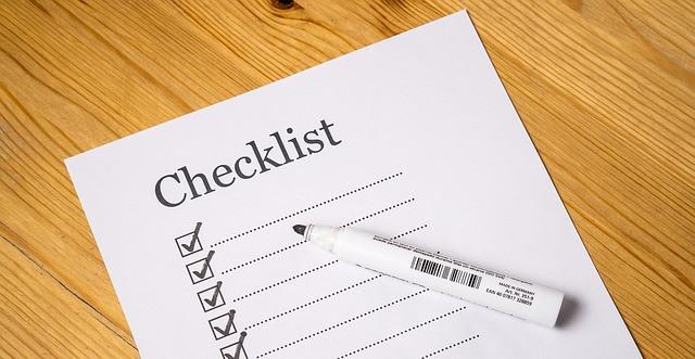 Papel escrito checklist com caneta