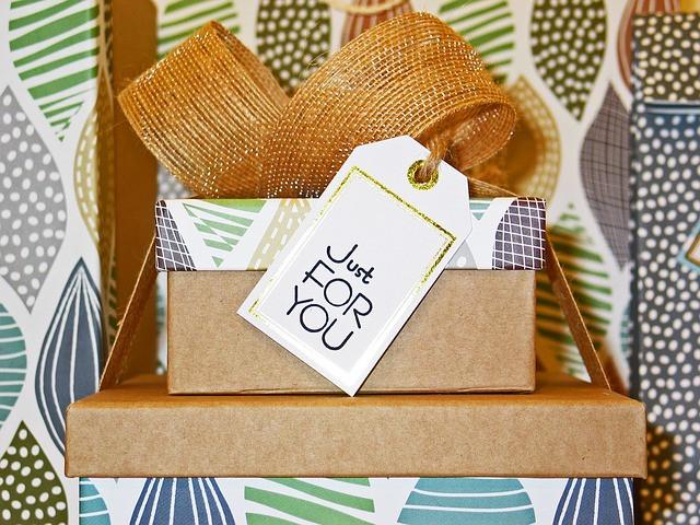 """Várias caixas de presente com mensagem """"Just for you"""""""