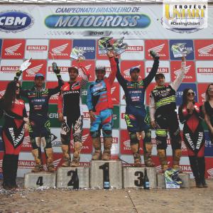 Premiação CBM com vários atletas levantando seus troféus
