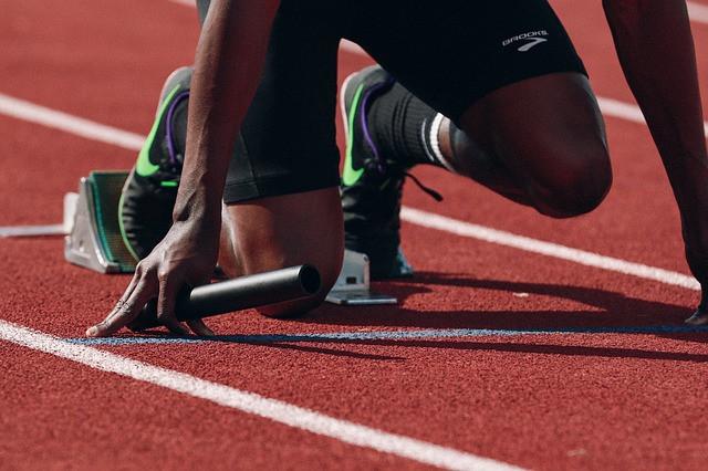 Atleta prestes a iniciar corrida de atletismo