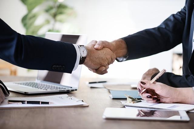 Dois homens apertando as mãos em sinal de 'negócio fechado'