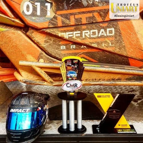 Premiação off road: troféu com detalhes em acrílico e capacete ao lado