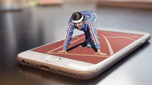 Homem sobre tela de celular prestes a dar largada em uma corrida