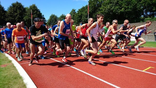 Vários atletas em corrida