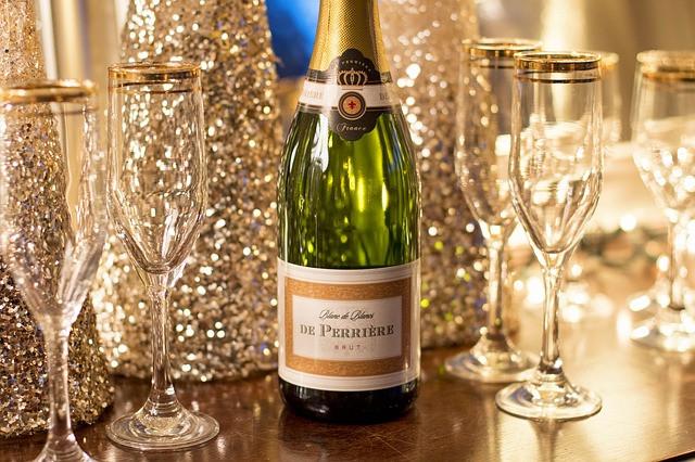 Champagne com taças sobre a mesa