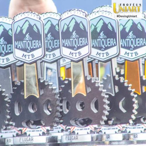 Vários troféus de MDF com aplicação de acrílico espelho e recorte de coroa de bicicleta