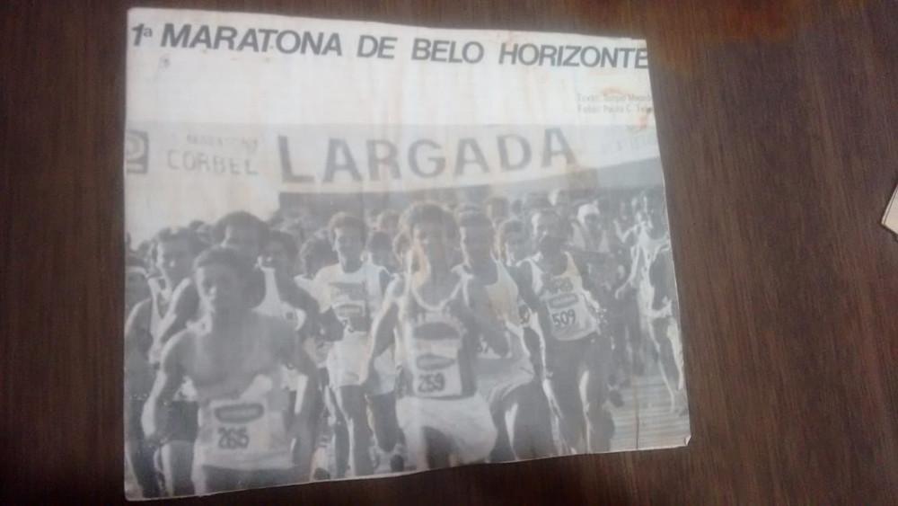 Jornal escrito '1ª Maratona de Belo Horizonte' e foto da largada