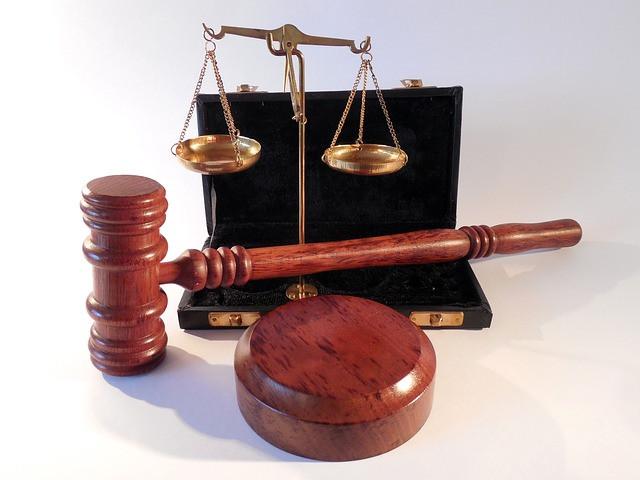Vários objetos referentes a julgamento, mesa de tribunal
