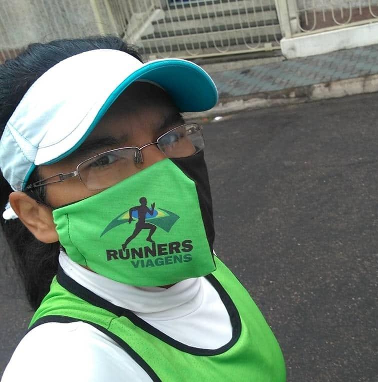 Ádila correndo com máscara de proteção