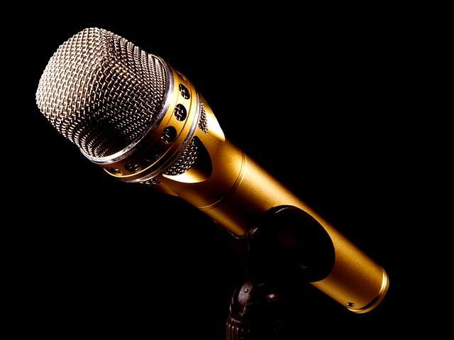 Microfone em fundo escuro