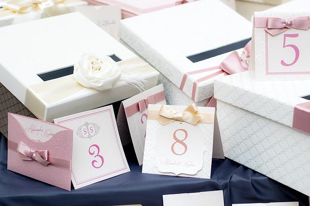 Caixas com laços e convites na cor rosa