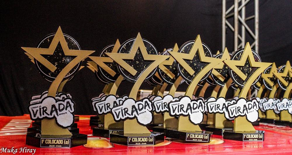 Troféus da Corrida da Virada sobre a mesa