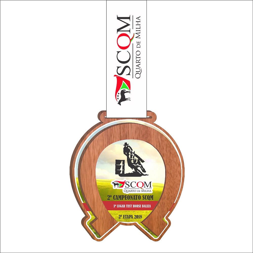 Medalha de MDF encapado em forma de ferradura e fita personalizada