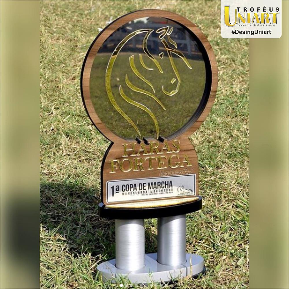 Troféu com hastes em MDF encapado, aplicação de inox e acrílico espelho ouro e tubo alongador